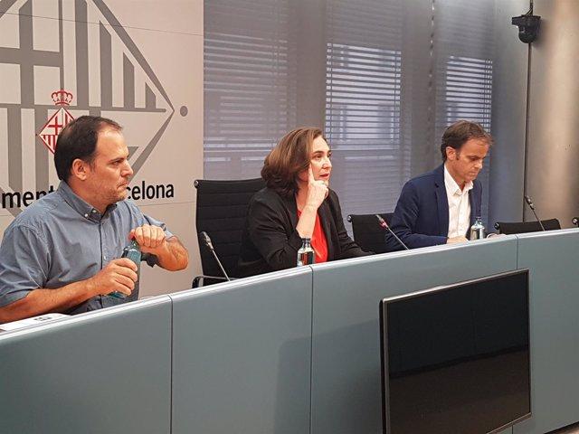 El coordinador de Barcelona Ciutat Refugi, Ignasi Calbó; la alcaldesa, Ada Colau
