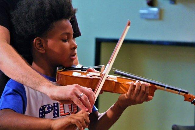 Niño de una orquesta de la Fundación Acción Social por la Música