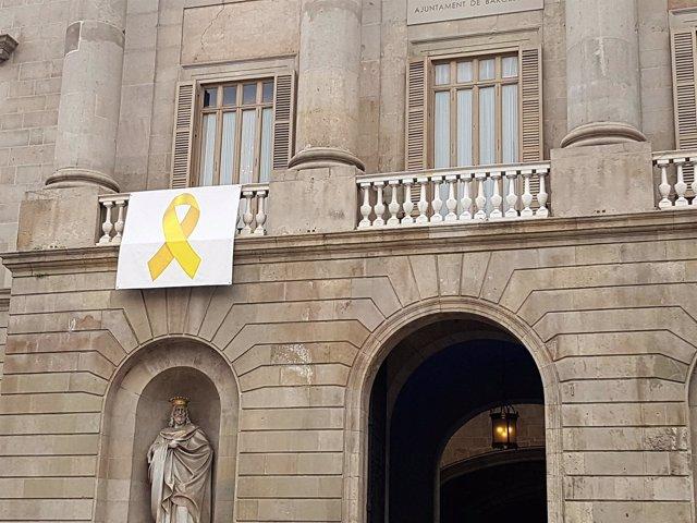 Lazo amarillo en el balcón del Ayuntamiento de Barcelona (archivo)