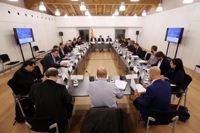 El pte.C.Puigdemont preside la reunión del pleno del Diplocat