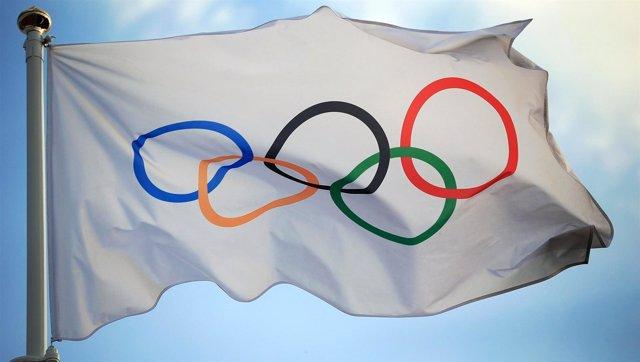 La bandera olímpica con los anillos