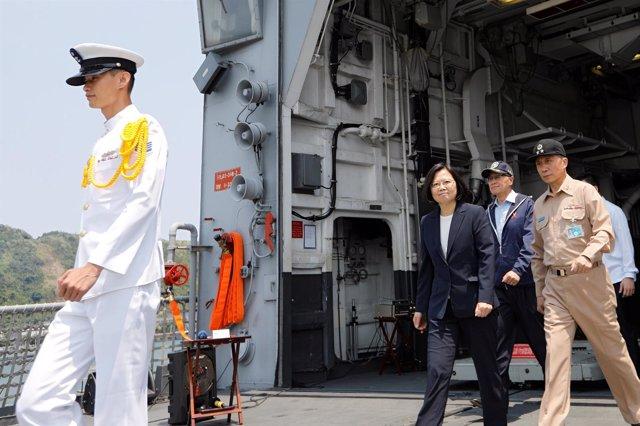 La presidenta de Taiwán, Tsai Ing Wen, acude a unos ejercicios navales