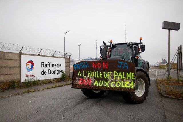 Agricultores franceses protestan junto a una refinería.