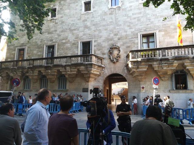 Los periodistas a las puertas de la Audiencia Provincial esperando a Urdangarin