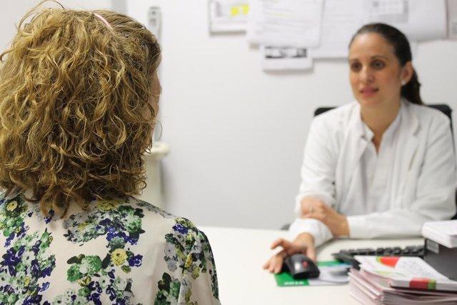 Una doctora atiende a una mujer en un consulta