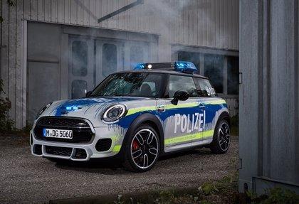 Mini presenta un coche policial en el salón de vehículos de emergencia de Fulda (Alemania)