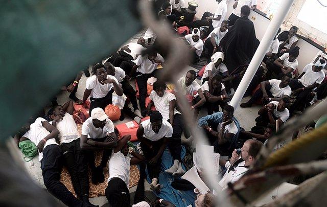 Migrantes en la cubierta del 'Aquarius'