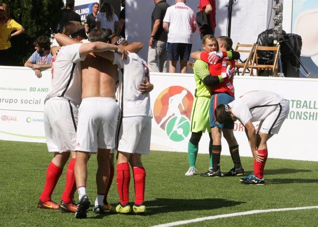 Los jugadores rusos celebran su victoria en el Mundial de Fútbol para Ciegos
