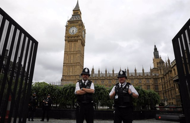 Policías ante el Parlamento británico y el Big Ben