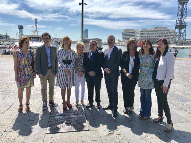 Alcaldes y cuadros municipales del PSC ante el Puerto de Barcelona