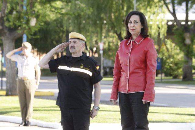 La ministra de Defensa, Margarita Robles, durante una visita a la UME