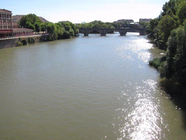 Río Ebro a su paso por Logroño con puente de piedra