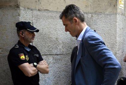 Iñaki Urdangarin recoge su orden de ingreso entre insultos y abucheos