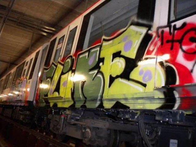 Vagón Del Metro De Barcelona Con Pintadas/Graffitis