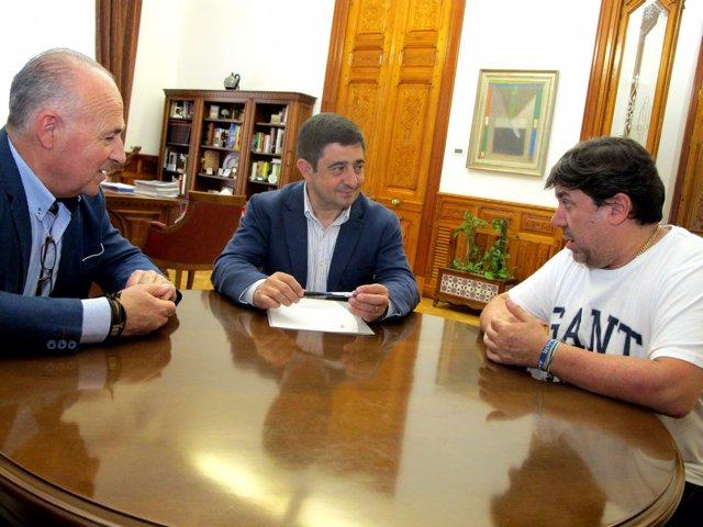 Reyes (c) en la reunión con los directivos del Jaén Paraíso Interior F.