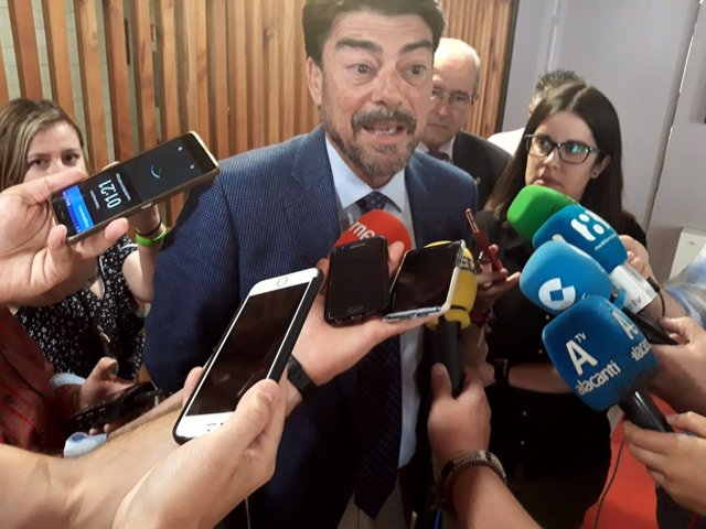 Luis Barcala atiende a los medios este miércoles