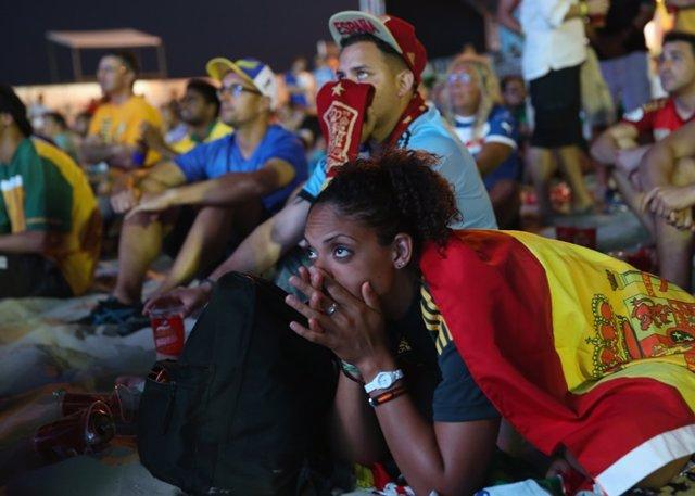 Aficionados del fútbol viendo el Mundial de Brasil