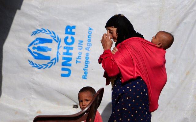 Una mujer siria con sus hijos en el campamento de refugiados de Marjayoun