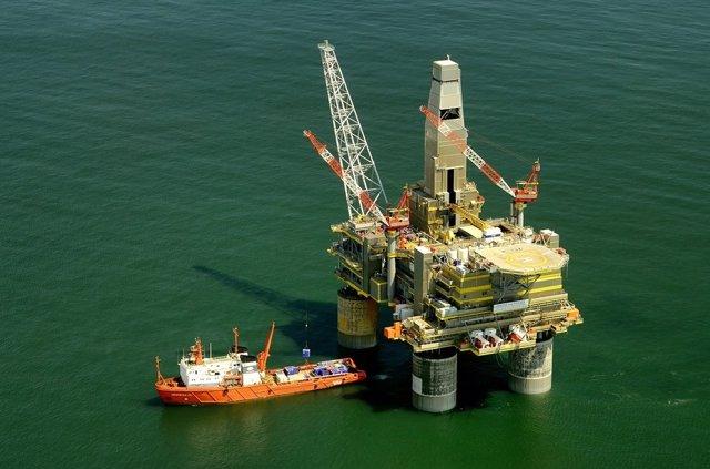 Petrolera rusa en el mar