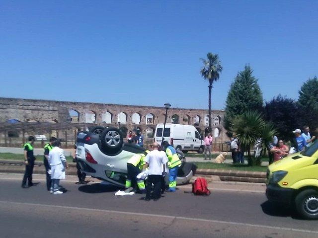 Vehículo volcado tras el accidente de tráfico en Mérida