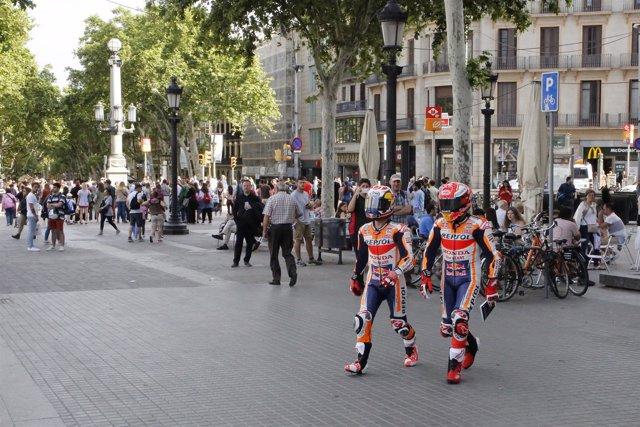 Márquez y Pedrosa pasean por las calles de Barcelona