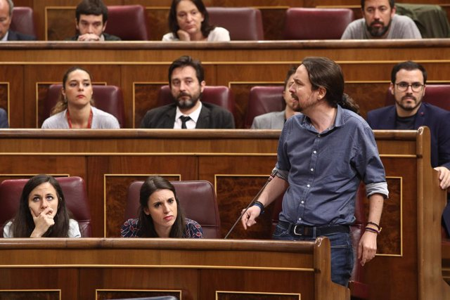 Irene Montero y Pablo Iglesias en la sesión de control al Gobierno