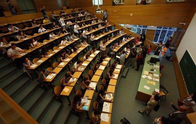 Alumnos Practicando Un Exámen De Selectividad
