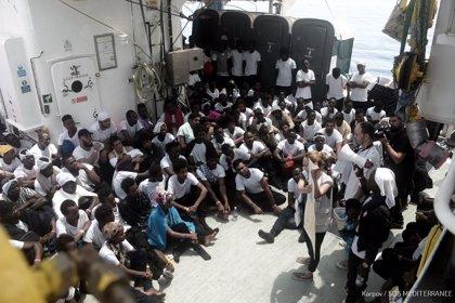 El oleaje provoca vómitos y nauseas a los migrantes a bordo del 'Aquarius', aunque su situación no es complicada