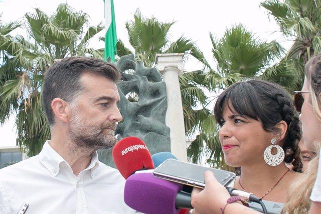 Antonio Maíllo y Teresa Rodríguez atendiendo a los medios
