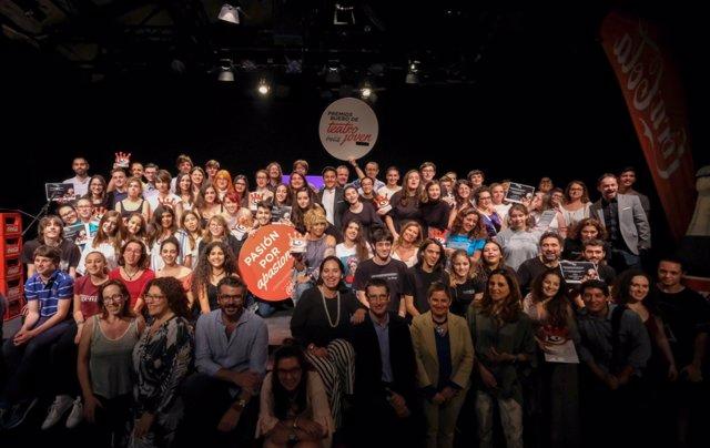 Foto de familia de los premios 'Buero' de teatro joven de la Fundación Coca-Cola