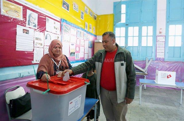Un policía vota durante las elecciones municipales en Túnez