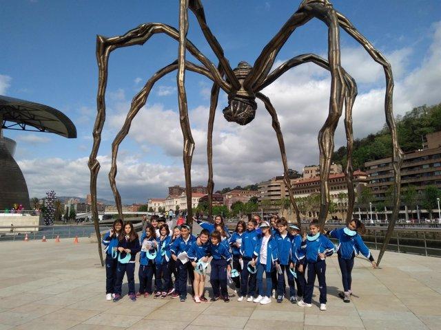 Escolares del Colegio Trueba en la experiencia de oficina turística