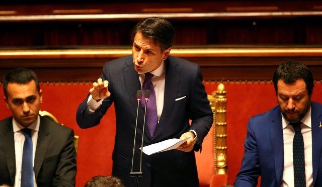Guiseppe Conte, flanqueado por Luigi di Maio y Matteo Salvini