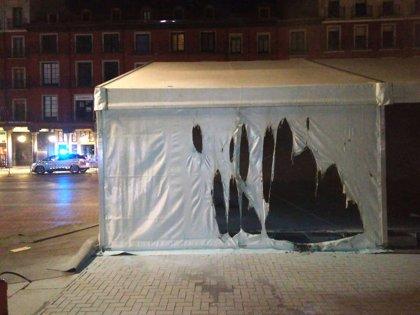 Un joven prende fuego a una carpa en la Plaza Mayor de Valladolid y logra huir