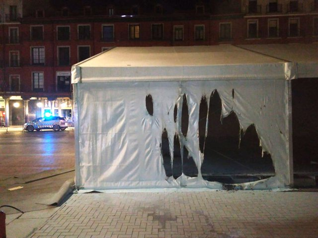 Carpa incendidada en la Plaza Mayor