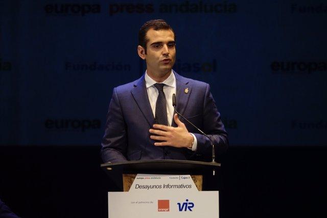 Ramón Fernández-Pacheco, durante su intervención en el Teatro Cervantes.