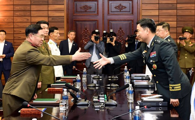 El general surcoreano Kim Do Gyun saluda al general norcoreano An Ik San