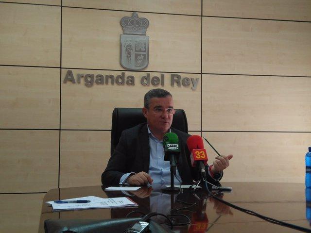 Guillermo Hita atiende a los medios de comunicación
