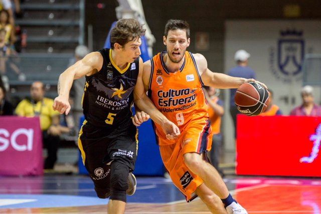 Van Rossom (Valencia Basket) Nico Richotti (Iberostar Tenerife)