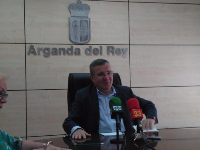 El alcalde de Arganda, Guillermo Hita, atiende a los medios