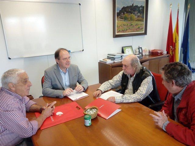 Luis Gabilondo firma el convenio con miembros de ADONA
