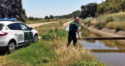 Agentes de la Guardia Civil rescatan con la ayuda de dos vecinos a una mujer que cayó al Canal de Lobón