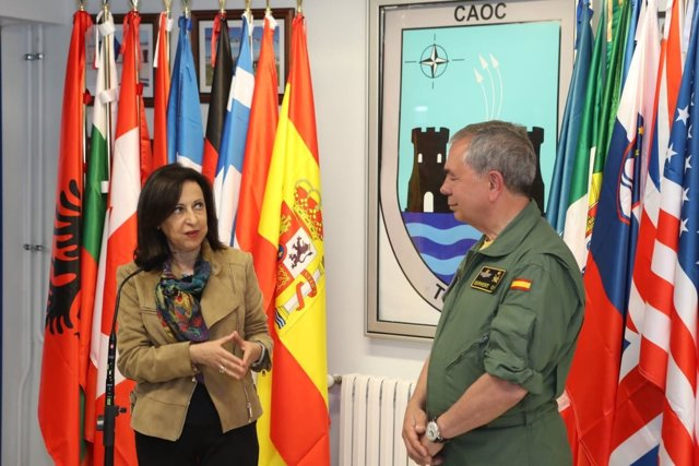 La ministra de Defensa, Margarita Robles, durante una visita al CAOC