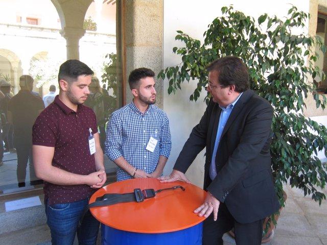 Los alumno de uno de los proyectos premiados explica su diseño a Vara