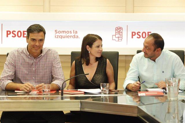 Pedro Sánchez, Adriana Lastra y Gómez de Celis durante la reunión del PSOE