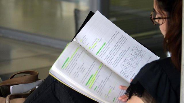Una estudiante repasa en la UIB durante las pruebas de Selectividad