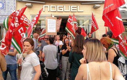 CCOO y UGT protestan ante la tienda del presidente de Aprocom por el conflicto del nuevo convenio