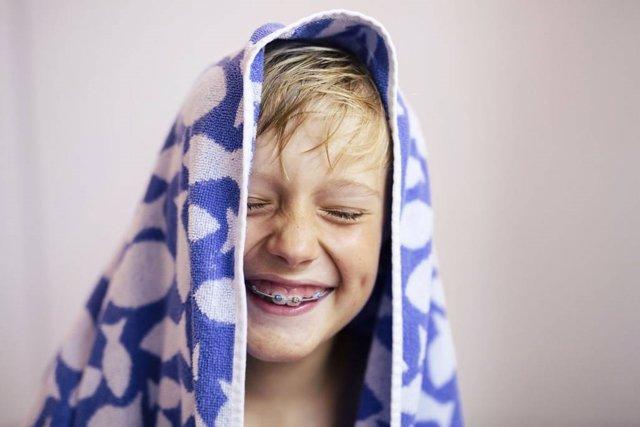 Niño con brackets, dientes