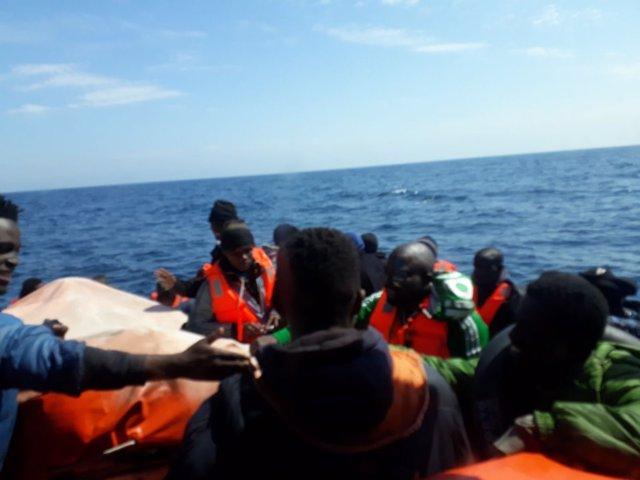 Salvamar Hamal traslada a ocupantes de una patera rescatados