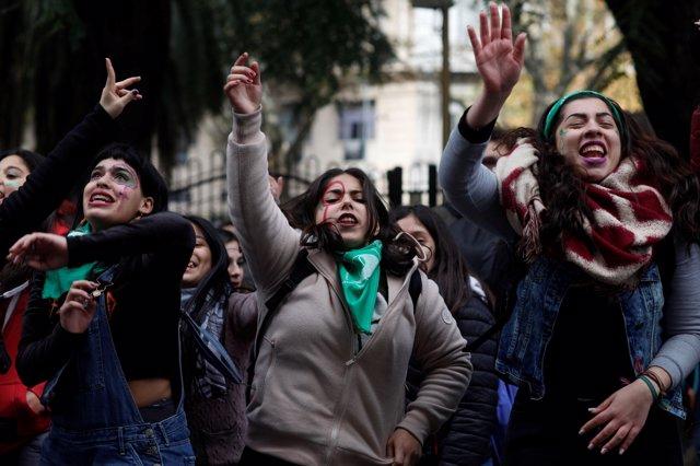 Manifestantes a favor del aborto legal frente al Congreso de Argentina.